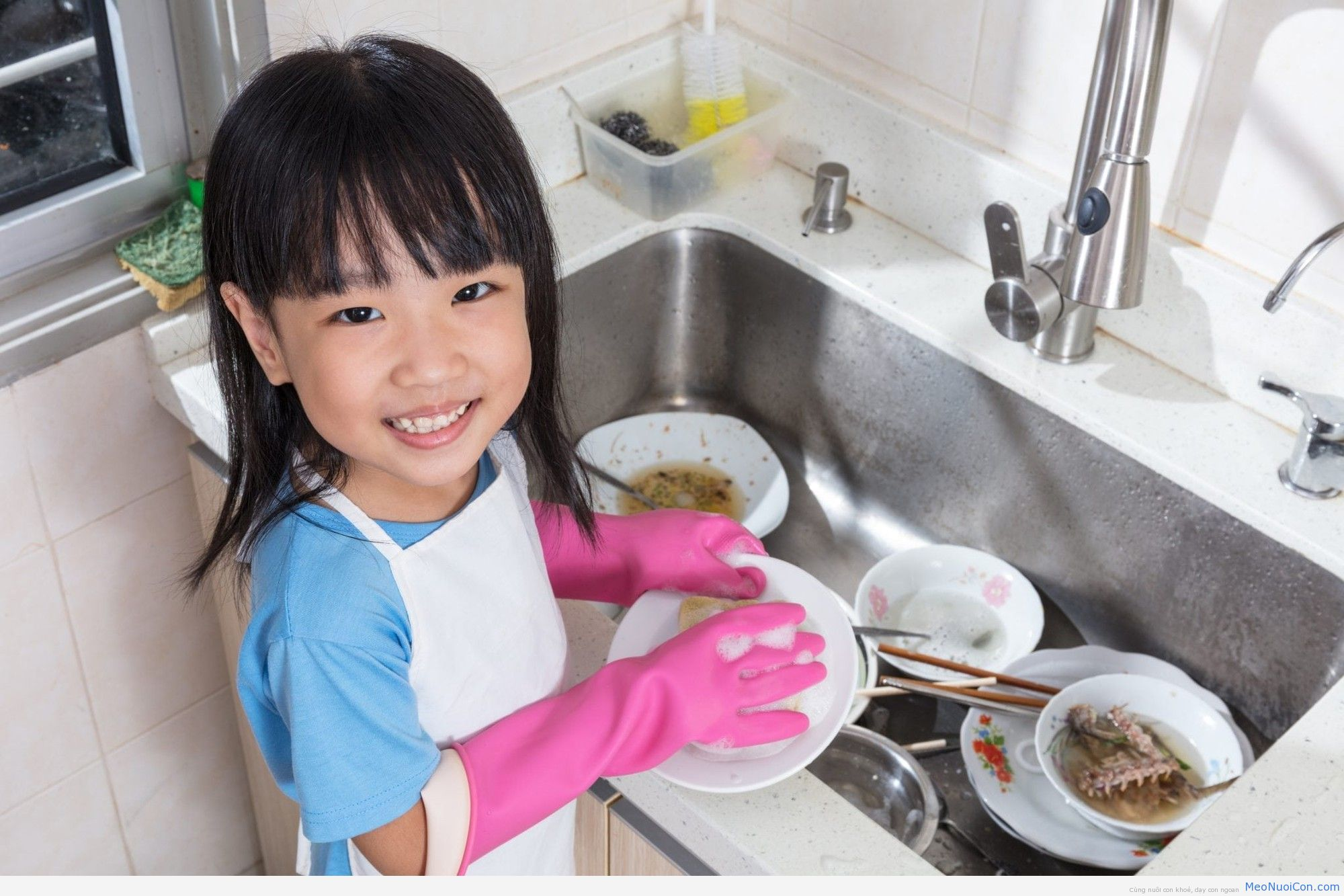 Asian-Chinese-little-girl-washing-dishes-in-the-kitchen-669163576_3868x2579-copy-1
